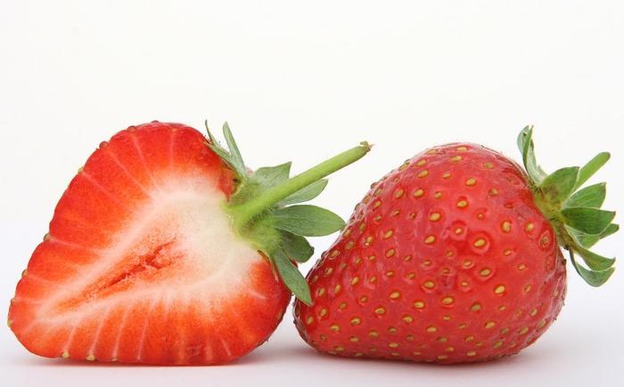 甘酸っぱくて子どもから大人まで愛されているイチゴ。しずくのような形に、ドット模様のような可愛らしさ。赤から白へのグラデーションがきれいな断面です。