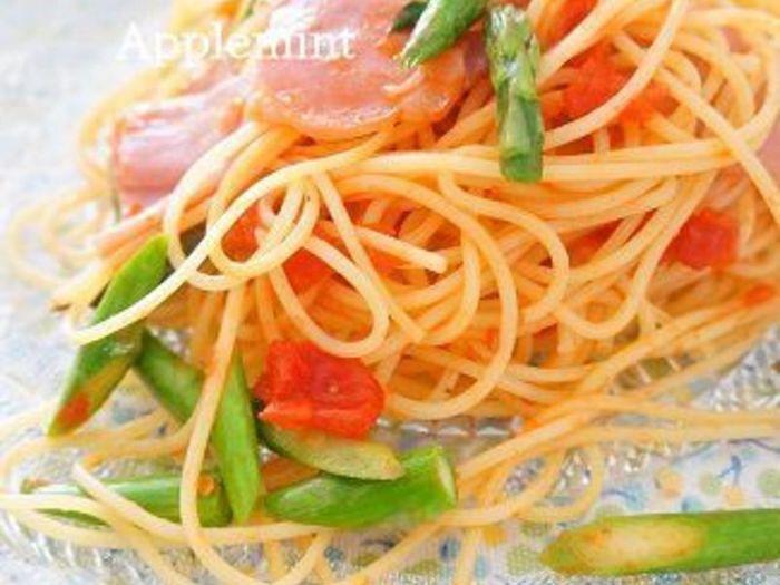 アスパラと生トマトの爽やかなパスタに、生ハムで旨みをプラス。切り落としならではの不揃いな形が、食感のアクセントになります。  ガーリックスパイスと塩の効いたシンプルなオイル系パスタのレシピは、応用が利くので覚えておくと便利ですよ◎