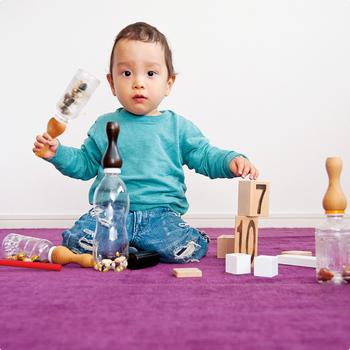持ち手の塗装は100%天然のえごま油を使用しており、お子様がなめても安心です。木工ろくろの高度な技術で仕上げられた持ち手は、赤ちゃんの手に心地よくフィットし、自然素材の優しい触感を感じることができます。