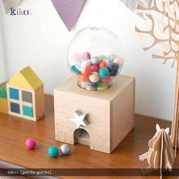 先ほどの『gg*』のデザイナーのひとりが、「もりとこども・こどもとあそび・あそびとart」をテーマに、外部のプロダクトデザイナーとのコラボレーションして生まれた『kiko+』のおもちゃ。国際機関の認定を受けた安心の素材を使い、子どもたちが親しみ深いガチャガチャを、可愛いおもちゃにしてしまいました。