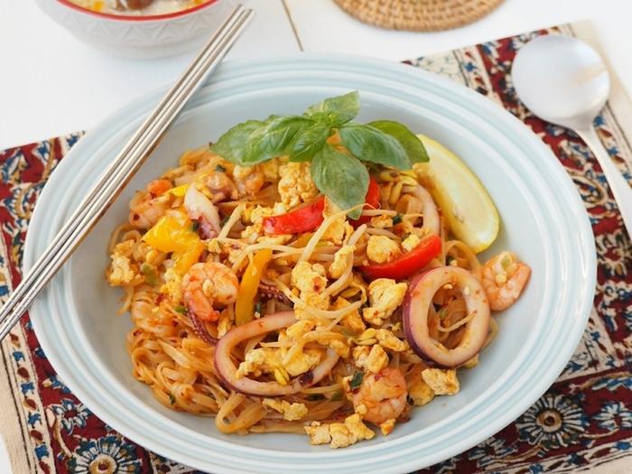 タイ風焼きそば「パッタイ」は、辛くないので辛いのが苦手な方へのおもてなしメニューとしてもおすすめです。キットに入っている米粉麺を茹でて、お好みのシーフードや野菜と一緒に炒めます。あとは、付属のソースを混ぜるだけでタイ料理屋さんの本格的な味が再現できます。  レモンを絞っていただくと、パッタイならではの甘さが引き立ちますよ。