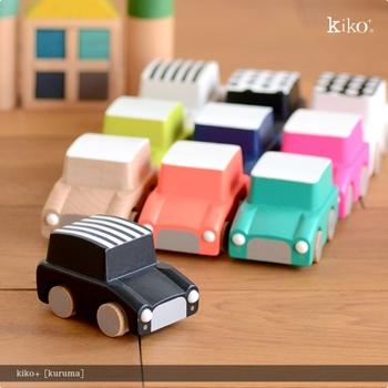 おもちゃの定番といえば、ミニカー。『kiko+』のミニカーは、ちょっぴりレトロなシルエットでカラーバリエーション豊か♪ビビッドなボディがとっても可愛いですね♪