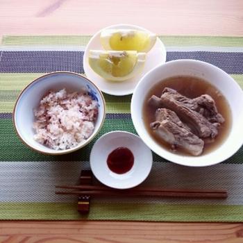 マレーシアやシンガポールのファーストフード、肉骨茶(バクテー)の素もカルディで手に入ります。薬膳料理として食べられることもあるバクテーには、シナモンやニンニクなどのスパイスが使われています。カルディのキットは、胡椒がぴりりと効いているので、スープを飲めば体の中までポカポカ♪  本格的に骨付き肉を煮込んでもおいしいですし、鶏手羽などで手軽に作るのもおすすめ。まだ食べたことがない…という方もきっと満足のお味です。