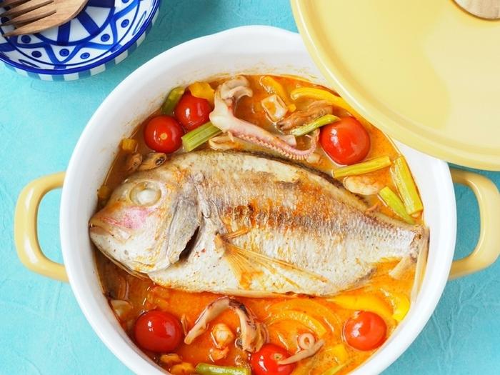カルディで人気のレトルトカレー「ロイタイ」シリーズから出たトムヤムクンスープの素。ココナッツが入っていて辛みの中にまろやかさを感じる味つけです。かなり辛くて本格的な味なので、タイ料理好きも満足できますよ。  鯛一尾が丸ごと入ったスープは、魚介の旨みたっぷり。見た目のインパクトも抜群なので、お鍋の蓋を開けたら思わず歓声が上がりそう!