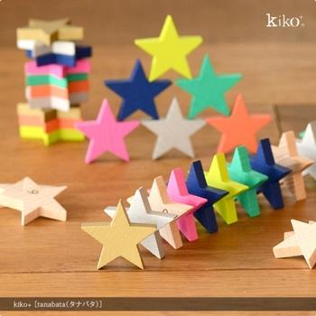 お星様の形をした木製のおもちゃ『tanabata』。カラフルな7色の星がそれぞれ10個ずつ、0~9までの数字が入ったナチュラルな星が30個と、合計100個の星が入っています。