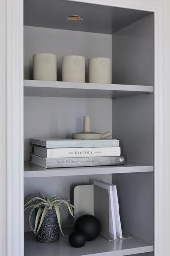 淡くて落ち着いたトーンの洋書をディスプレイすれば、シックで上品な空間に。本の上にはキャンドルホルダーを。