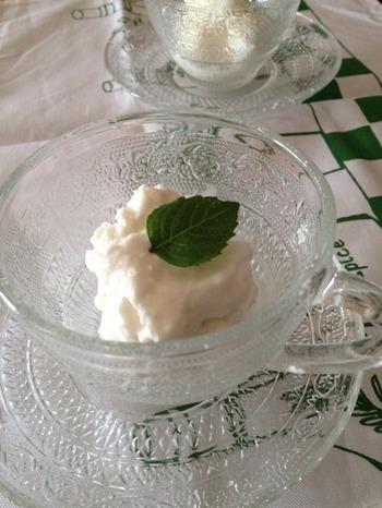 ココナッツミルクと練乳、レモンを混ぜるだけでOKなアイスクリームのレシピです。滑らかなクリームはココナッツの香り豊かで、食後のお口直しにぴったりです。練乳やレモン汁の量を加減することで、好みの味に調整できます。  ガラスの器に盛り付けてオシャレなおもてなしをしてみませんか?