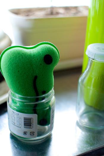 フッ素樹脂加工にダメージを与えないように、柔らかいスポンジなどで洗うのがおすすめ♪汚れを放置しておくと落ちにくくなるので、キッチンペーパーなどで使ったら速やかに拭っておくと落としやすくなりますよ。
