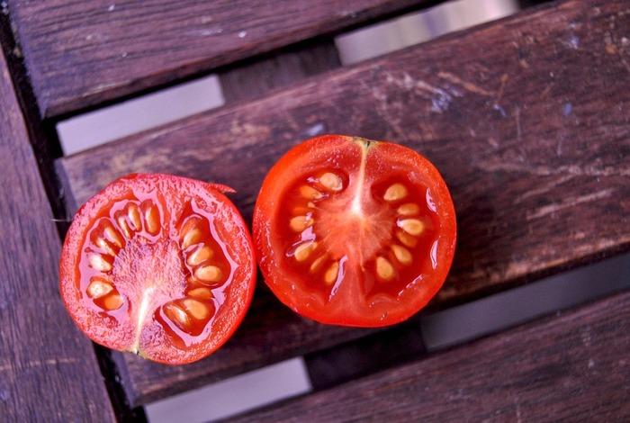 赤い野菜といえば、トマト。プチプチの種が並んだジューシーな断面は、みずみずしくってトマト好きにはたまりません。