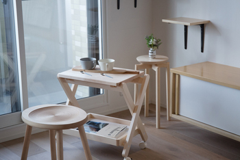 優しくてやわらかな雰囲気が魅力の木製「ユニバーサルワゴン」。北海道・旭川で、暮らしに寄り添う生活道具を作る 「cosine(コサイン)」が手がけた長く大切に使えるワゴンです。  木の素材感を存分に味わえる美しいデザインで、空間がいっきにナチュラルであたたかな雰囲気に。ワゴンとテーブルを兼ねた生活道具は、お家のどこでも使うことができるから日々の暮らしが便利になりますよ。