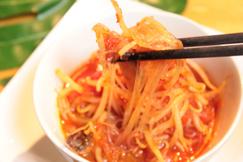 トマト缶=パスタと思われがちですが、中華料理にするのもおすすめです。ヘルシーな春雨は、女子会ランチのおもてなしに喜ばれそうですね。  カットトマトと調味料を混ぜ合わせて、もやしや春雨と一緒に煮込めば包丁要らずの簡単料理の完成。おウチ飲みであと1品ほしいという時にも良さそう。