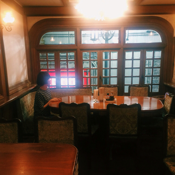 2階席もあり、店内はシックな雰囲気ですが、なにせ土地柄と人気店のせいか、落ち着いてゆっくりお食事とはいかないことが多いよう。訪れるなら、ちょっと遅めのランチ、ちょっと早めの夕食がおすすめです。