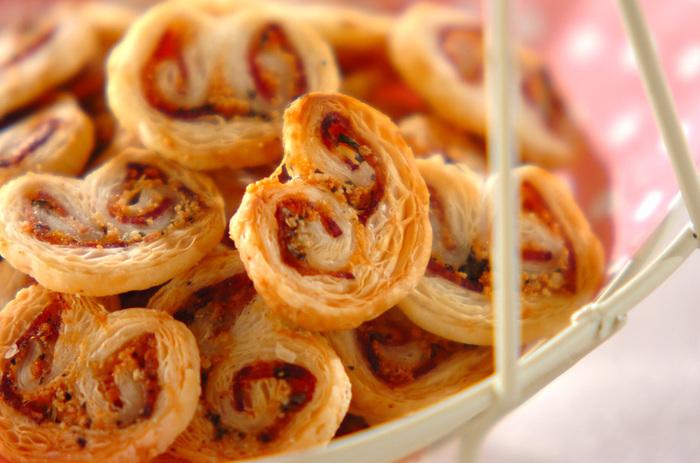 チーズの香りがふわっと広がる、サクッと香ばしいひとくちサイズのパイです。くるくるとハートの形に巻いたパイが可愛いですね。手間がかかりそうなパイも、冷凍パイシートを使えば手軽に作れるんですよ!