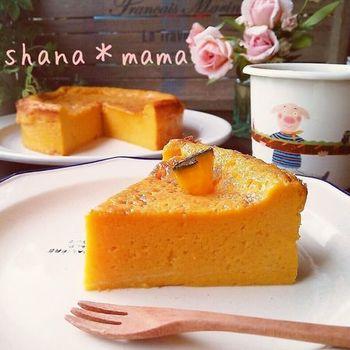 かぼちゃ、豆乳、砂糖、卵、薄力粉でつくるノンオイルケーキのレシピです。かぼちゃを温めたら、5つの材料をすべてミキサーにかけて焼くだけで、プリンのようなしっとりなめらかなケーキに。