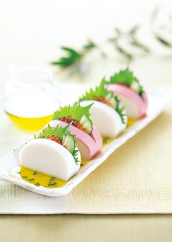 かまぼこに切れ目を入れて、イクラや大葉など具材を挟むだけ!とってもシンプル簡単なのに、見た目も華やかでお花見にぴったりなレシピです。もちろん日本酒との相性もバッチリ!