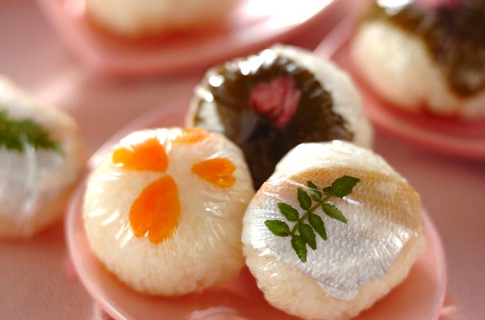 桜の塩漬けなど、春ならではの食材を散りばめた簡単手まり寿司。ご飯もお酢をしっかりきかせることで日本酒のお供にぴったりです。ラップでまけば、持ち寄りにも食べるときにも便利ですね!