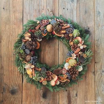 木の実やフルーツをたっぷり使った、アンティークな中にもハッピーな気分あふれるリース。ヒムロスギをベースにしているので、クリスマスにぴったりですね。
