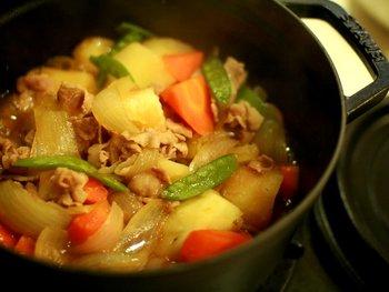 冬場は、ストウブのお鍋がキッチンで「出ずっぱり」だというkoenyokoさん。肉じゃがは、お水も出汁も入れずに、素材の旨みだけで作れるストウブを使用。仕上げにバターを落としてコクを出すのがポイントだそう。