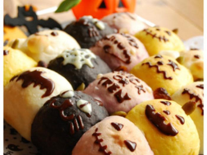 こちらはカラフルで可愛いちぎりパン。気軽につまめるので、パーティーにはもってこいのメニューです。かぼちゃパウダー・紫芋パウダー・ブラックココアで色を表現しています。チョコレートでのデコレーションもいろいろ種類があると選ぶのも楽しいですね♪