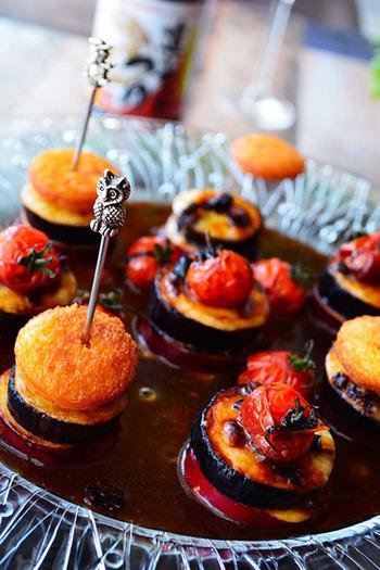 バルのようなおしゃれなフィンガーフード「ピンチョス」。深い色のソースにトマトの赤が映えてハロウィンにもぴったり♪そしてこちらのソース、実はめんつゆとバルサミコソースを使ったものなんです。出汁の風味と酢の酸味が絶妙ですよ。
