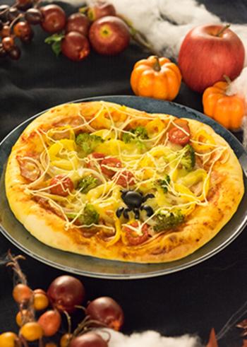 おもてなしに腕をふるいたい手作りピザ。みんなの好きな具材を乗せて、最後にマヨネーズでくもの巣を描くだけ♪ケチャップでもいいかもしれませんね。ちなみに黒いくももブラックオリーブを切って乗せるだけなので簡単です。