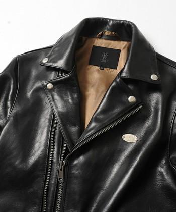 「馬革/ホースレザー」 柔らかくエレガントなハリ感を持つ、馬革。ジャケットに用いられることは少ないですが、使い込むほどに独特の味わいが生まれます。