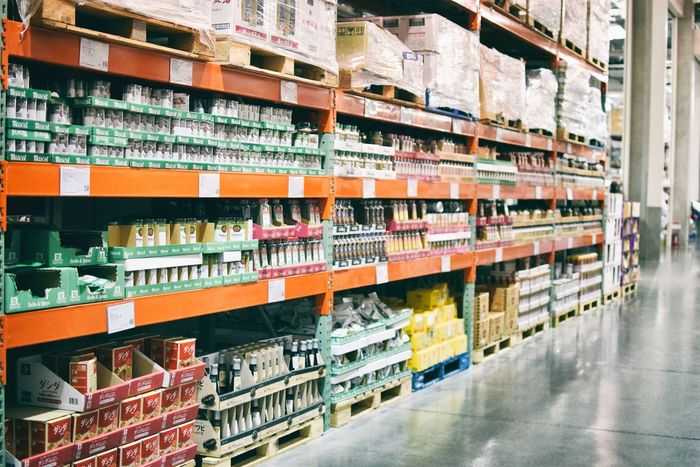 『COSTCO(コストコ)』には、一般的なスーパーにはあまりない業務用のような大量の食品がたくさん並んでいます。調味料をはじめ、焼くだけでOKなビッグな味付き肉など、思わず手に取ってしまいたくなるものばかり。量だけでなく味の良さも秀逸で、コストコを訪れるたびにリピ買いする方も多いんですよ。