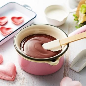 へらは生地をまとめたり、泡立てたクリームをかき出したりするのに使います。お菓子作りにはボウルにフィットするシリコン製のへらがおすすめ。耐熱性にも優れているのでお菓子作りだけでなく、パスタソースやジャム作りなどにも重宝しますよ。