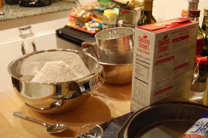 """お菓子作りに使う小麦粉はダマのないサラサラの状態にするのが失敗をしないポイント。  ダマをなくす道具には""""粉ふるい""""が一般的。粉ふるいは、かぼちゃなど材料を裏ごしして滑らかにするときにも使えます。 もし粉ふるいがない時は、ボウルに入れた小麦粉を泡立て器でかくはんしてもサラサラになりますよ。"""