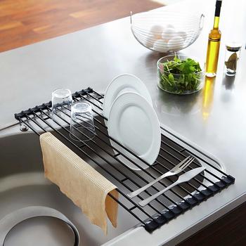 こちらは、タワーシリーズの水切りラック。水切り用のボックスを置くことなく、洗ったあとのお皿やグラスなどを手軽に乾かすことができます。シンクスペースを活用できますので、キッチン周りがスッキリと片付きますね☆