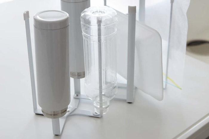 こちらもtowerシリーズのエコスタンド。アイデア次第で、多種多様な使い方に応用が利きます。ポリ袋をかけてゴミ箱にしたり、牛乳パックや水筒を乾かすのもアリ!
