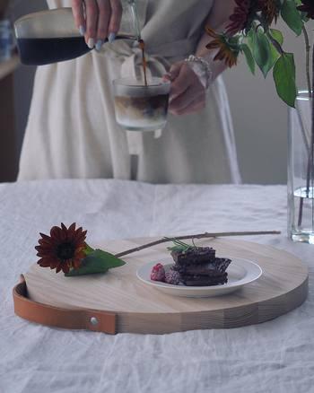 材料をカットするときにはもちろん、木目やデザインが美しいものであれば、ケーキやクッキーを盛り付けてテーブルにそのままオンして使えます。