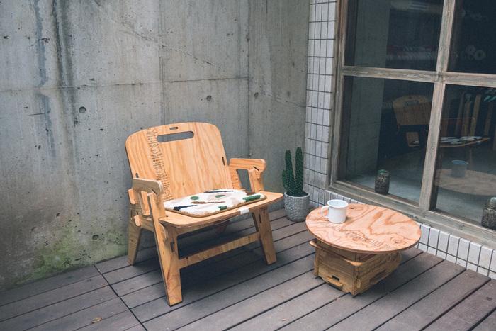 木目の模様がナチュラルでかっこ可愛い!自宅のバルコニーにあると、それだけでサマになります。ゆったりとコーヒータイムを楽しみたくなりますね。