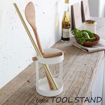 スチール製の上品な本体に、さり気なく天然木があしらわれたツールスタンド。戸棚のなかにごちゃごちゃとしまいがちな、しゃもじやお箸をおしゃれに収納できます。