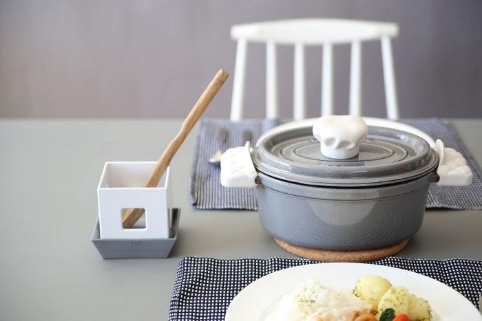 解体できるアピュイのマルチスタンドは、「立てる」「置く」「入れる」「収納」「乾かす」5通りの使い方が可能。レシピ本のスタンドにしたり、調味料を収納したり、小さいながらもキッチンで大活躍してくれます♪