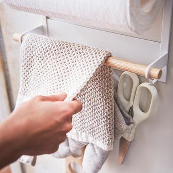 キッチンペーパーホルダーやフックを備えており、片付きにくいキッチンアイテムを収納するのにとっても便利。ハンガー部分にはタオルをかけられるので、水回りのアイテムがスッキリと収まります。