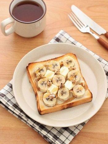 フレンチトーストを作る時間のない朝には、ただの食パンで作るトーストに合わせるのもおすすめ。バナナ、クリームチーズ、くるみ、などのトッピングも一緒にのせて焼き、最後にメープルシロップをかければ完成です!
