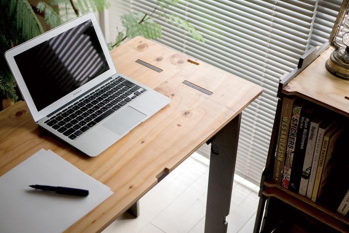 室内でデスクとして使ってもOK。コンパクトなのでノートパソコンを置くのにちょうどよいサイズ感です。