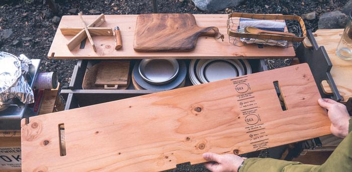 キャンプでは、調理するときの作業台にぴったり。天板をはずすと下には収納スペースもあるので、散らかりがちな道具類もすっきり収まります。
