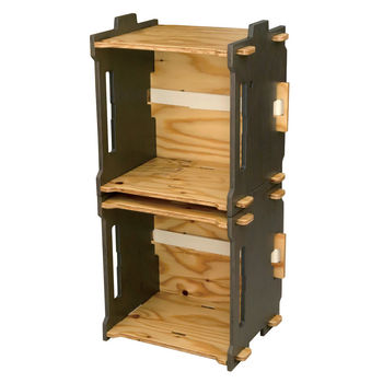 箱のように運び、棚のように積んで使うことができる便利なボックス。2個セットなので、縦向きにも横向きにもスタッキングすることができます。