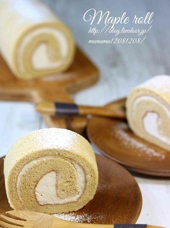とっておきのスイーツにぴったりのロールケーキです。生地にはメープルシュガーを使い、クリームにメープルシロップをW使いしたナチュラルなメープル風味たっぷりのレシピ。メープルシロップの種類を工夫すると味わいの変化も楽しめます!