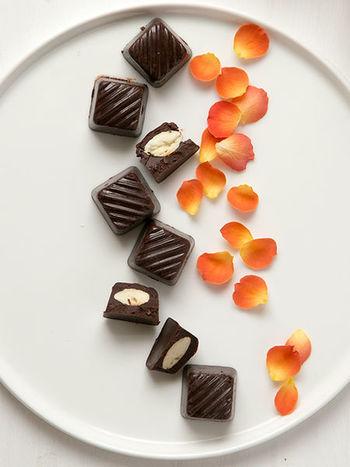 一見しただけではメープルシロップの存在には気づけませんが、チョコレートの中にしっかりと入っています!ロースイーツなので、ローフードを心がけている人へのおもてなしおやつにも喜ばれそう♪