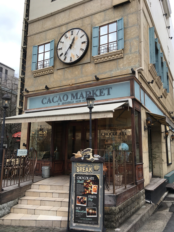 祇園四条駅ほど近くにある「CACAO MARKET by MarieBelle(カカオマーケット バイ マリベル)」。アンティークな外観が、一際目立つ建物の1階にお店があります。NYにある本店はセレブ御用達で、日本にはまだ3店舗、関西で出会えるのはここだけなんですよ♪
