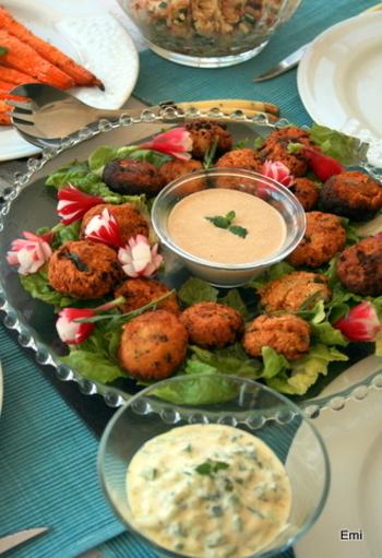 アツアツのファラフェルに、イスラエル料理にかかせない「タヒニソース(ごまソース)」をつけて食べると絶品です!