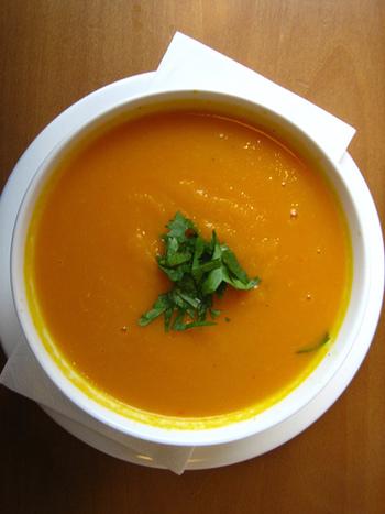 一人分ポタージュやホット豆乳などスープやあたたかいドリンクづくりにも程よいサイズ。 エッグベイカーで調理すれば、器の移し替えなしで食卓へ直行です。
