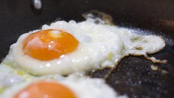 みなさん、目玉焼きってどうやって作っていますか?  今回は、ヘルシーに美味しい目玉焼きが作れる上、お皿としても大活躍な「エッグベーカー」をご紹介します。