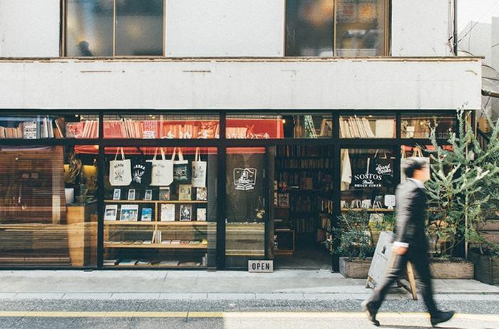 """線路を超えて松陰神社通りをそのままずっと歩いていくと、見えてくるのがこちらのビジュアルブック中心の古書店""""nostos books""""。  オンライン古書店nostos booksのリアル店舗で、八百屋だった店をリノベーションし、2013年8月に誕生した比較的新しいお店なんだとか。 店名の「ノストス」とはギリシャ語で「帰郷」の意。「ノスタルジア」の語源でもあります。"""