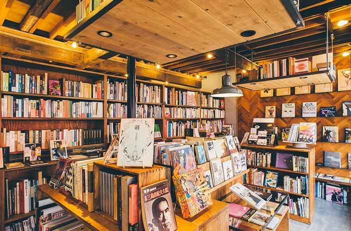 全面ガラス張りとなっているオシャレな店内には、60年代~80年代を中心とした、デザインやアート、写真、文学、エッセイなど、店主がセレクトしたちょっとクセのあるの出版物が、所狭しと3000冊程並んでいます。