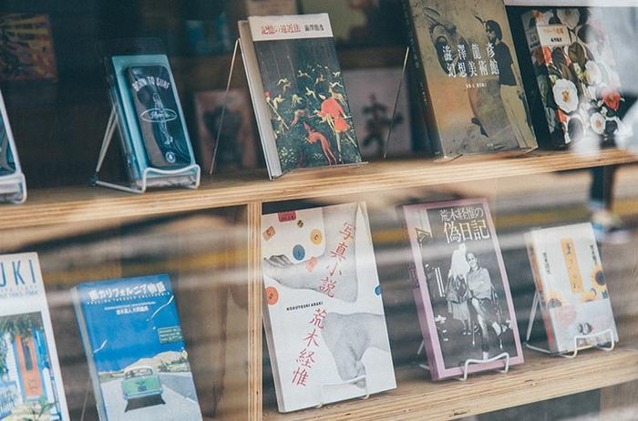ほしい本をオンラインショップで手軽に購入するのもいいですが、本屋さんまで足を運んでその場の空気を味わいながら選ぶ本はまた格別。  個性的な造本やデザインが綺麗な装丁を探すにも、ぴったりの場所となっています。