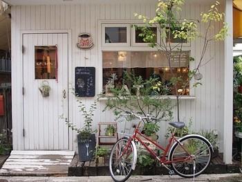 """""""nostos books""""の並びには、昔からあるとっても人気で可愛いカフェ""""cafe Lotta""""があります。 """"nostos books""""のすぐ近くにあるので、そのまま歩いていたらすぐに見つかりますよ。"""